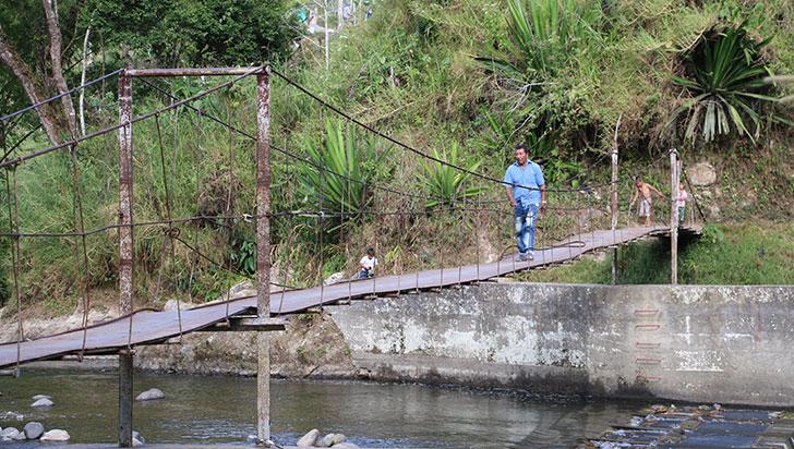 Trabajo conjunto: comunidad y  alcaldía arreglaron puente en Chagualá