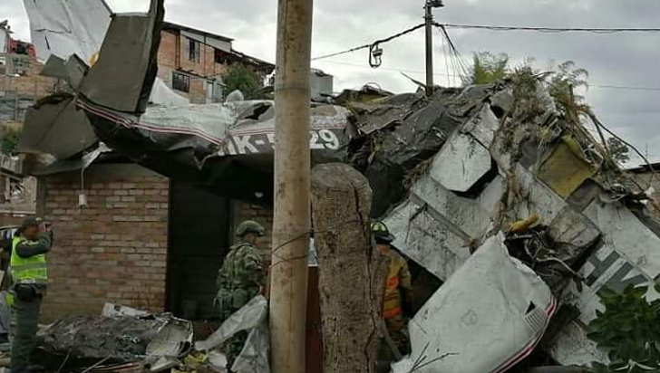 Siete muertos al caer avión sobre casas en Popayán