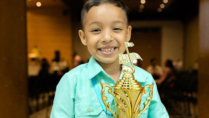 Adrián Escalona se quedó con el trofeo en el Festival de la Canción Inédita