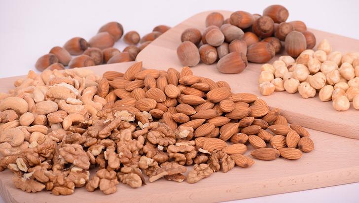 Comer nueces podría ayudar a frenar el aumento de peso que viene con la edad
