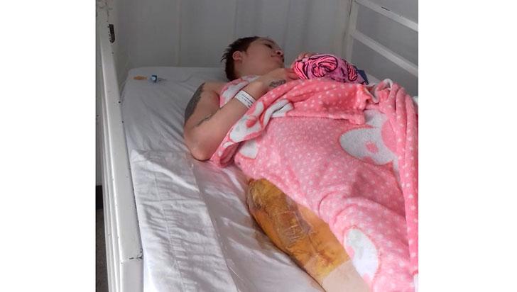 A falta de traslado, joven sufre entre bacterias y antibióticos