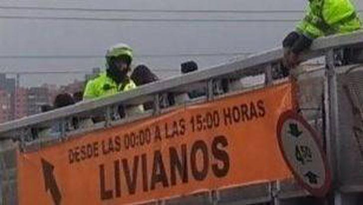 Por retirar pancartas del paro, policías en Bogotá terminaron quitando una de seguridad vial