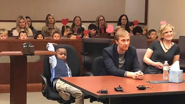 Niño invitó a sus compañeros del kínder a su audiencia de adopción