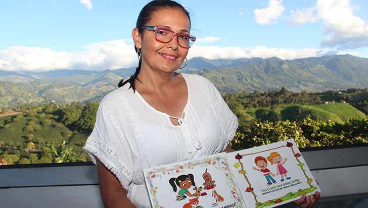 Rubiela se ingenia cartillas para enseñar a los estudiantes