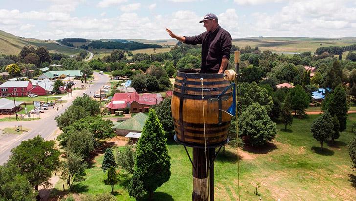 Sudafricano bate récord al vivir 67 días en un barril a 25 metros de altura