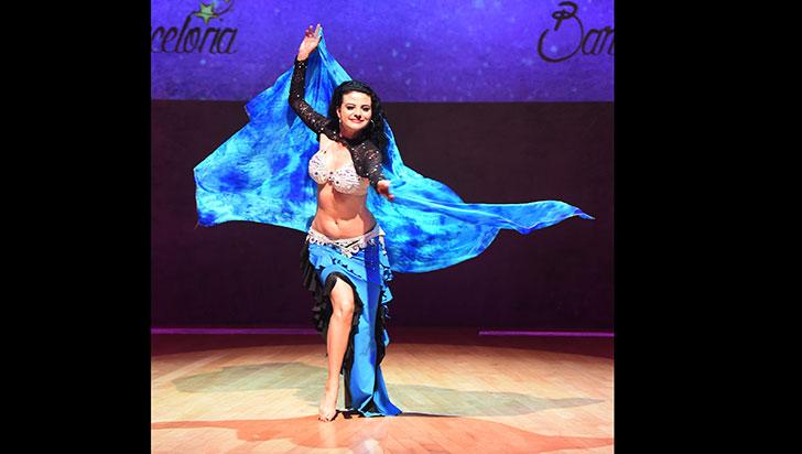 La danza árabe la sacó de la tristeza y le trajo éxitos