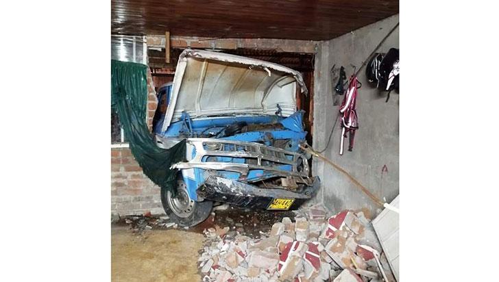 Perdió el control y colisionó contra una casa