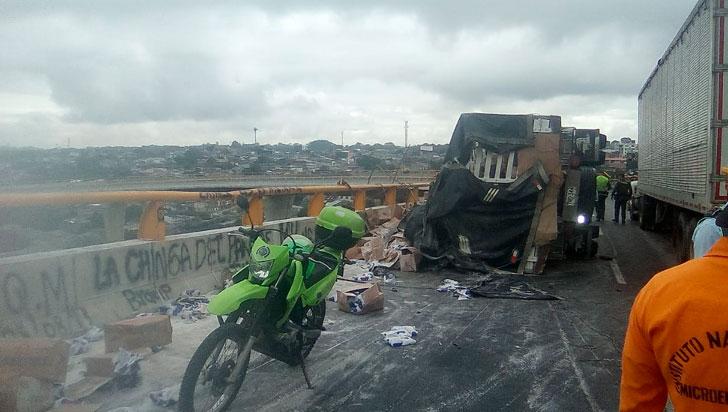 2 lesionados dejó accidente de tránsito en el puente helicoidal de Calarcá