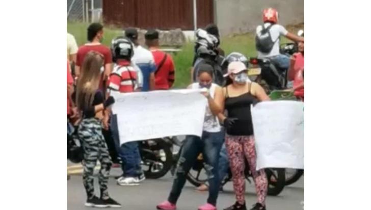 Calarcá con doble protesta, motociclistas y civiles exigen presencia de la alcaldía