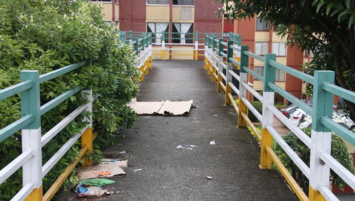 Habitantes de calle usan puentes peatonales como baños y camas
