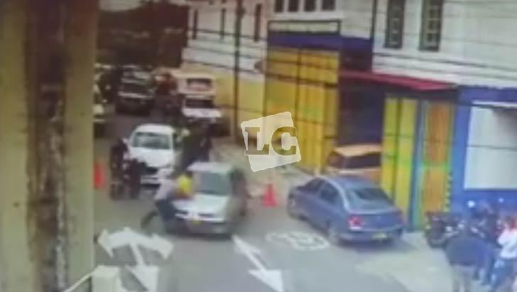 3 bomberos arrollados por vehículo particular en Salento