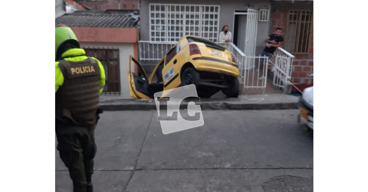 Accidentó su taxi para que no lo robaran; delincuentes le quitaron el celular