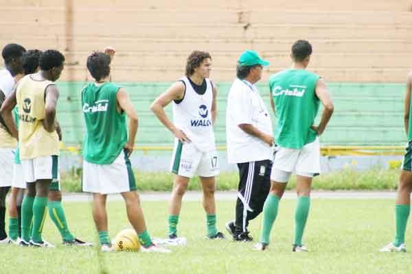 Campo a la banca, Raúl  Bayona al campo de juego