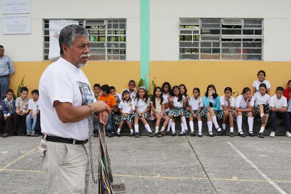 Profesor Moncayo alentó a los niños a buscar la paz