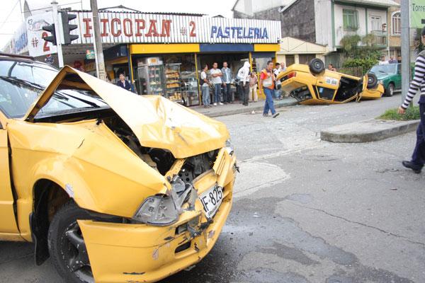 Imprudencia habría causado aparatoso choque de taxis