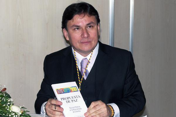 Bermúdez, escritor quindiano, nominado al Nobel de Paz