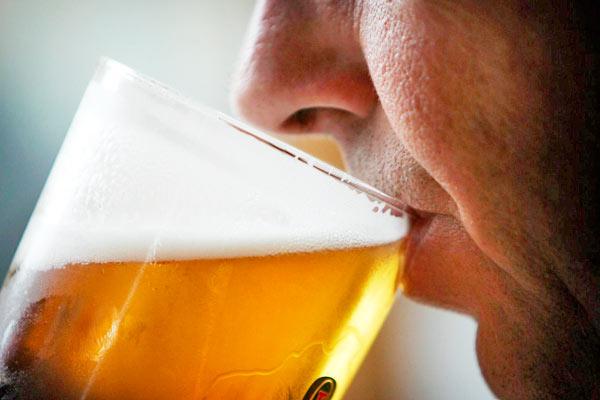 El complot del alcoholismo los medios públicos