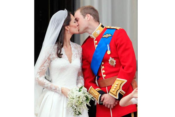 Guillermo y Catalina sellan su amor con dos besos en el palacio de Buckingham