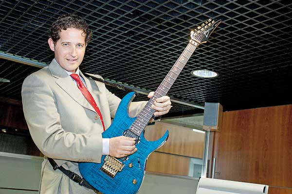 Lecciones empresariales a punta de rock, ofreció Salvador López
