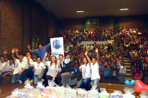 Fundación entregó 300 kit escolares