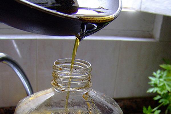 CRQ y Recycla invitaron a reciclar el aceite industrial y de cocina