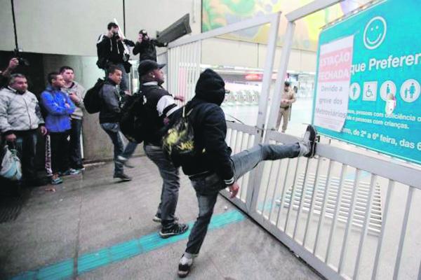 Dispersan con gases lacrimógenos a huelguistas en metro de Sao Paulo