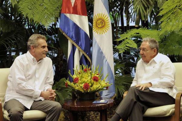 El ministro de Defensa de Argentina se reunió en La Habana con Raúl Castro