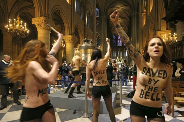 Multan a feministas que irrumpieron con los senos descubiertos en Notre-Dame