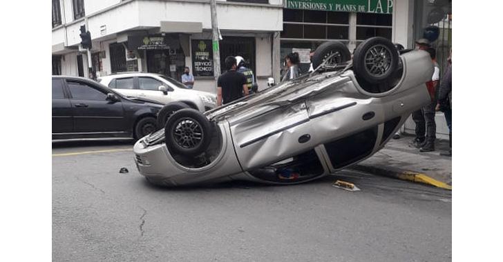 Fuerte colisión vehicular en el centro de Armenia