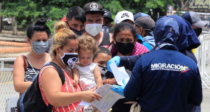Cientos de venezolanos huyen a Colombia por combates en frontera, según ONG