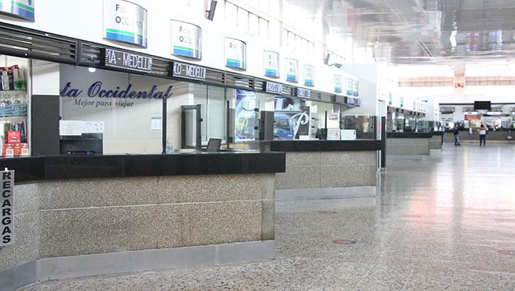 Terminal con servicios 'frenados' y viajeros 'varados' mientras se levantan bloqueos