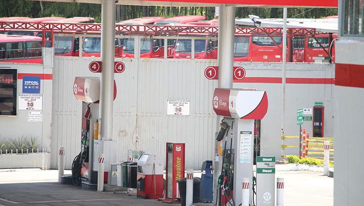 Pasajeros y conductores de buses urbanos afectados por la escasez de combustible