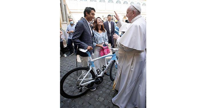 """Egan Bernal """"feliz"""" por conocer al Papa, a quien regala una bicicleta"""