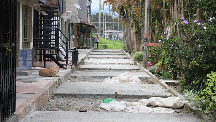 En el barrio Los Andes, vecinos con 'pico y pala' pavimentaron su propia calle