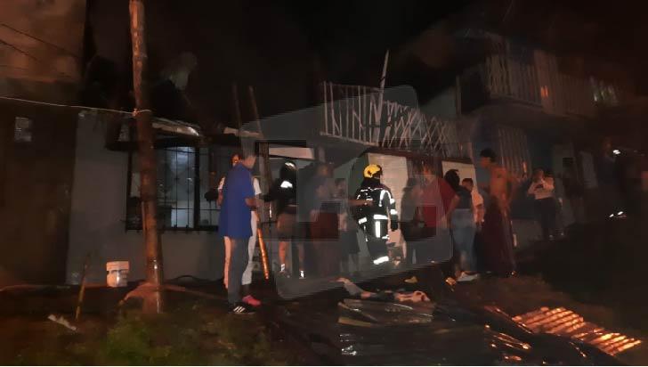 Bomberos atienden incendio en La Mariela