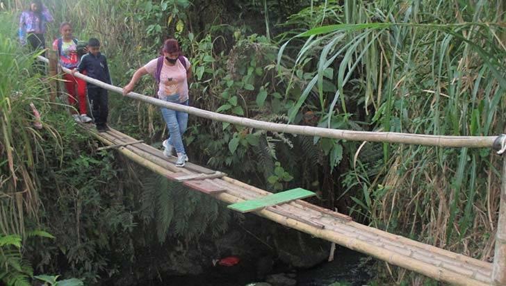 Para ir a estudiar, en La Mariela deben cruzar por puente en mal estado