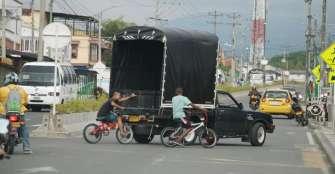 Jóvenes en bicicletas arriesgan sus vidas al sujetarse de camiones y buses