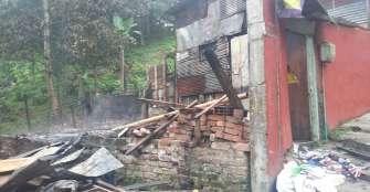 Llamas consumieron dos viviendas en la Aldea Baja; otra más resultó afectada