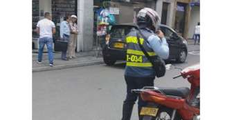 Polémica: agente de tránsito de Armenia imparte comparendo en moto propia