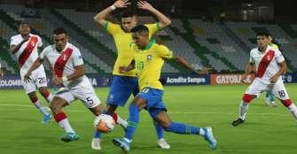 Brasil y Uruguay ganaron con lo mínimo en noche de Paulinho y Rossi