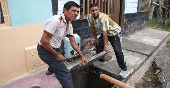 En Comuneros tendrán que quedarse con problemas en el alcantarillado