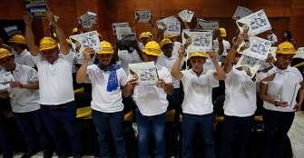 65 exguerrilleros de las Farc se graduaron como operarios de maquinaria pesada