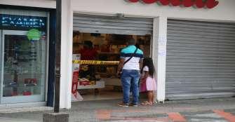 Con cintas, cadenas y vitrinas se restringe paso de clientes en Calarcá