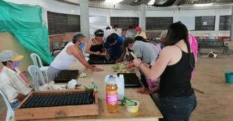 Un profesor y 2 abogadas pusieron a los habitantes de calle a cultivar en huertas