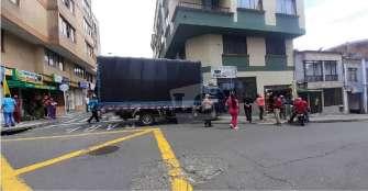 Vehículo de carga fue a parar en un local del centro de Armenia