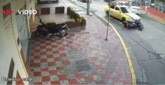 Fiscalía investiga a taxista que se llevó por delante una motocicleta