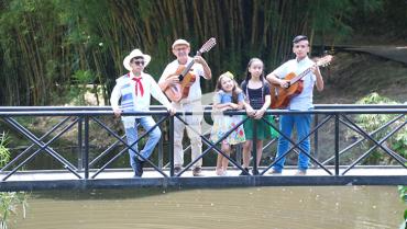 La vida del luthier Tobías Alberto Bastidas suena a música