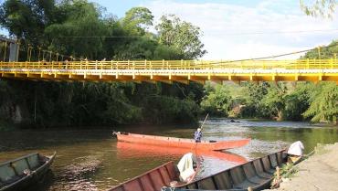 En balsas se movilizaron personas en Puerto Alejandría mientras se construía el puente
