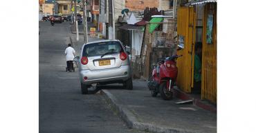 La incultura ciudadana de parquear los vehículos en los andenes