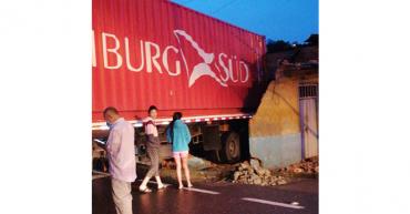 Tractocamión se estrelló contra una vivienda en Calarcá